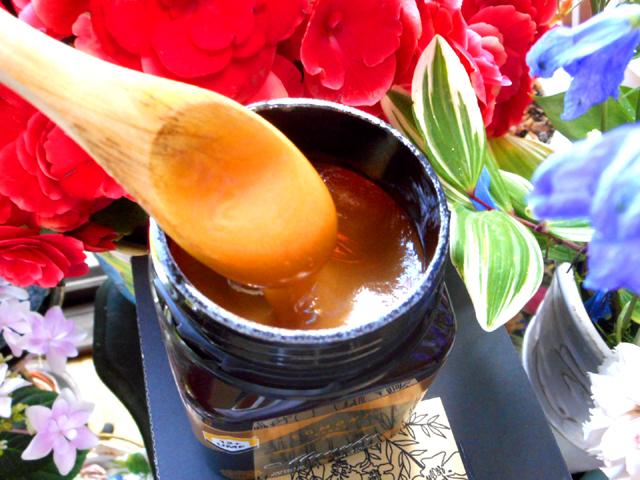 しぶとい乾燥肌に悩まされていたら、保湿のためにマヌカハニーを塗ってみる。
