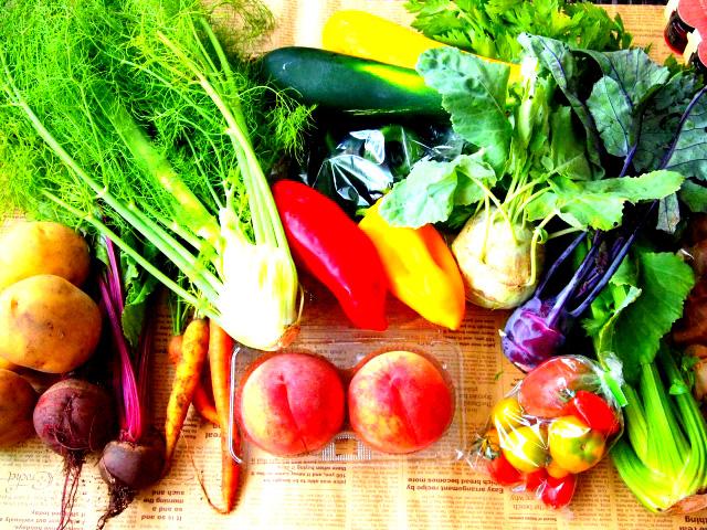 酵素は主に生の野菜や果物、発酵食などに豊富に含まれています(食物酵素)