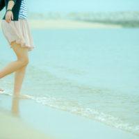 濡れた地面や海辺などを歩いた方が、電気が流れやすくなるために、よりアーシングに効果的