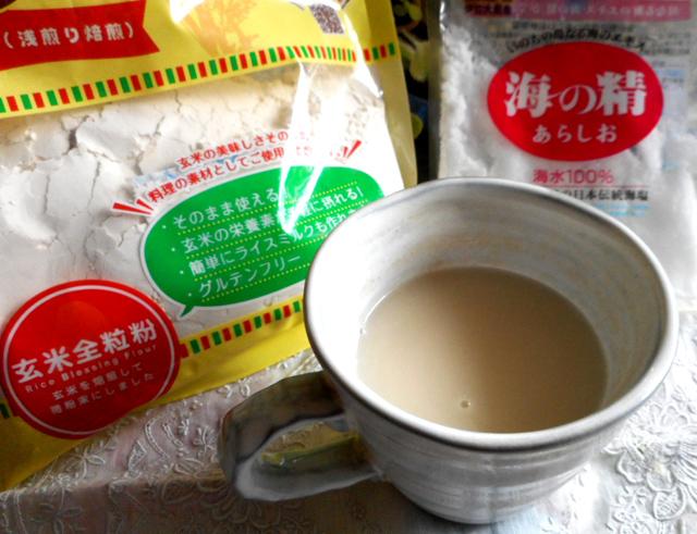 お湯に玄米リブレフラワーを溶かし、天然塩を少し加える