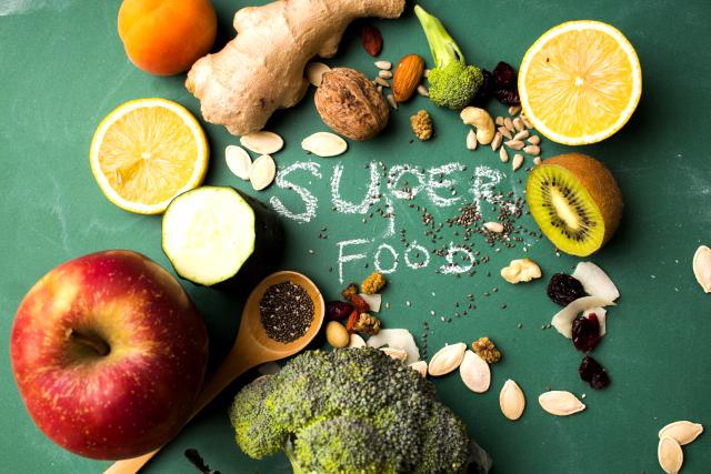 スーパーフードを日々の食生活にプラスするだけで、栄養不足を補える。